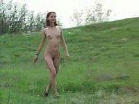 Geiles M�dchen (18) nackt im Freien und beim Pissen