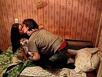 Er fingert die junge Muschi seiner Freundin