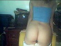 Junge h�bsche Blondine nackt vor der Webcam