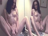 Scharfes Mädchen masturbiert im Badezimmer vor dem Spiegel