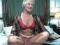 Geile reife Hausfrau privat vor der Webcam