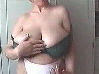 Was für geile Riesentitten - Hausfrau zeigt ihre geilen Möpse