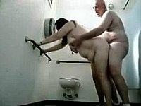 Mollige Frau im Stehen auf der Toilette gefickt