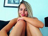 Sexy Blondine mit dicken Hupen befriedigt sich selbst